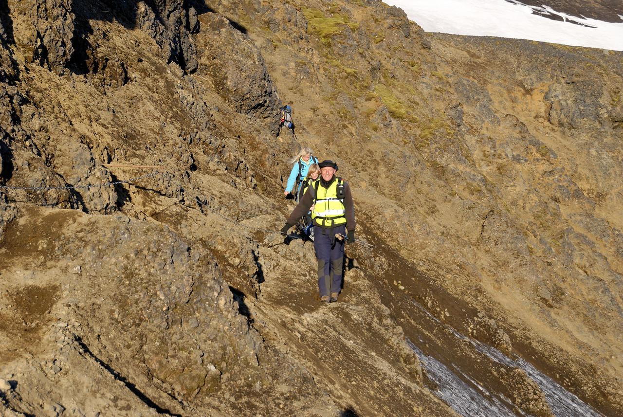 05:01 - Ég stakk mér gegnum gatið til að koma framan að hópnum.