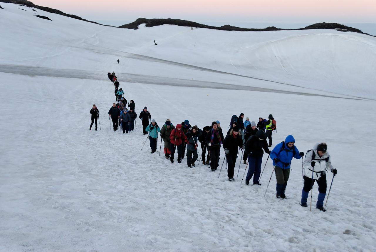 """03:19 - Hópurinn kominn gegnum """"bílaskarðið"""", stefnan tekin beint áfram í stað þess að beygja út í skála."""
