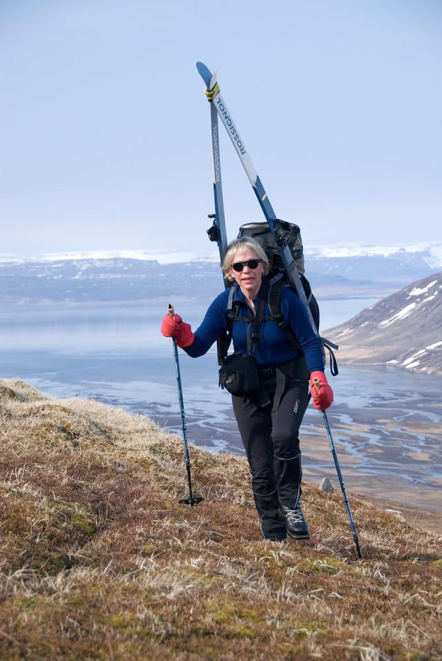 10:32 Gerður kemur á brúnina, sést yfir Djúp bak við hana.