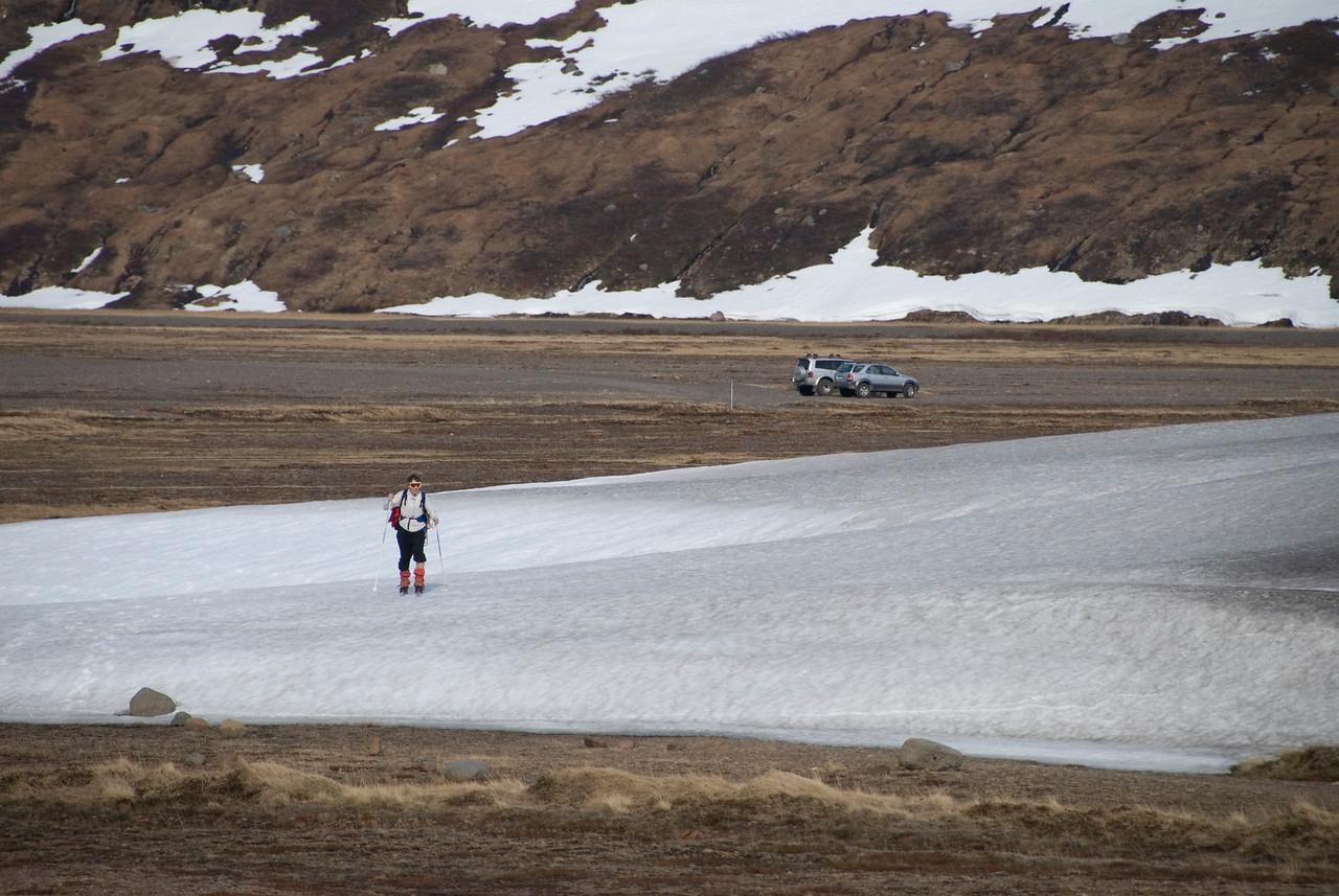 09:45 Eilífi þótti ástæða til að binda á sig skíðin til að fara yfir þennan skafl.
