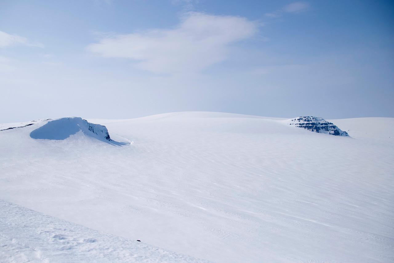 15:05 Reyðarbunga og Hljóðabunga, á milli þeirra sést jökulhvelið Jökulbunga - en um það lá síðar leið okkar.