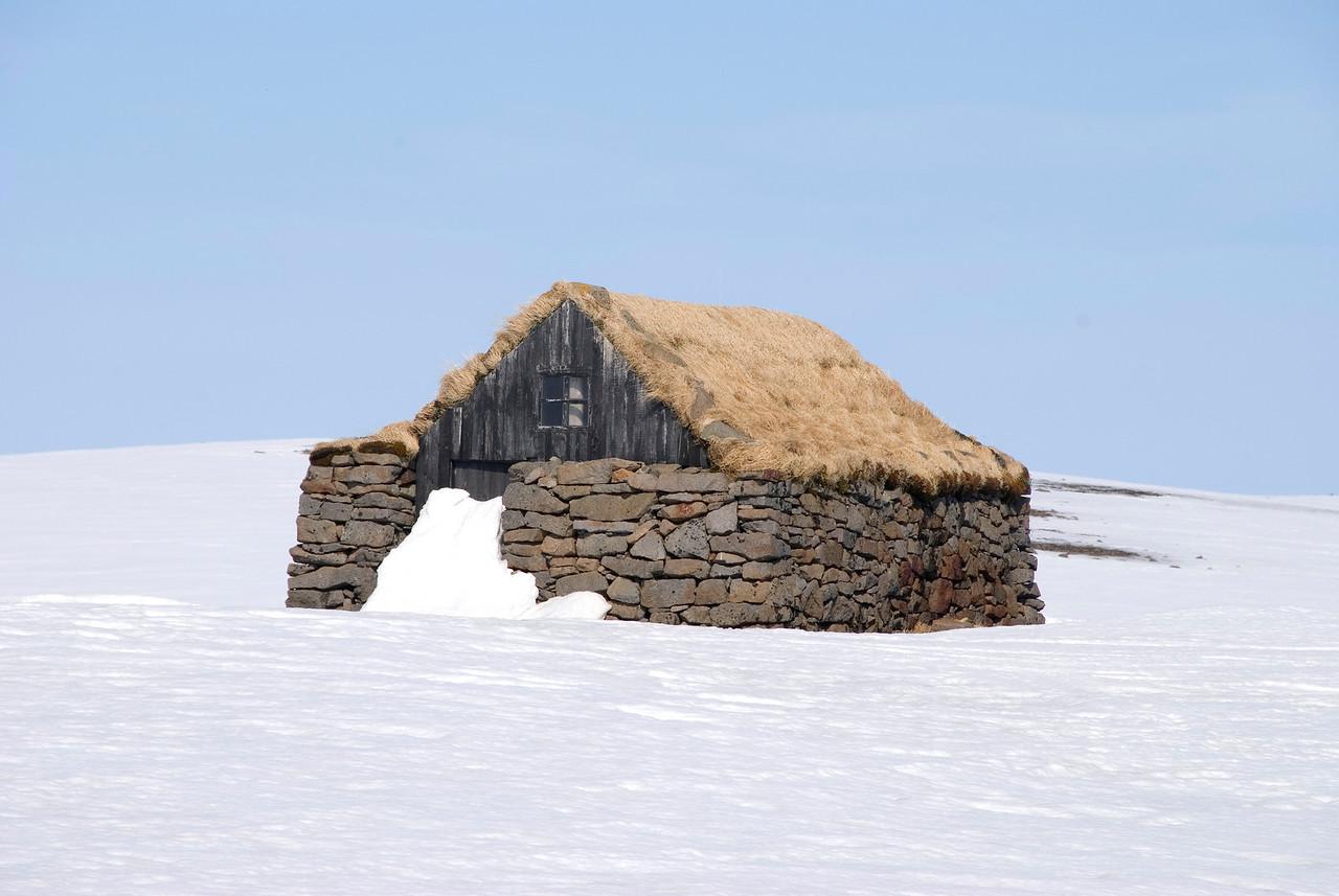 Fallegt sæluhús á Steingrímsfjarðarheiði.