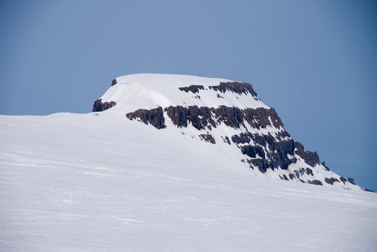 14:32 Þeir fyrstu úr hópnum sjást í mýflugumynd utan í hálsinum að Hrolleifsborg.