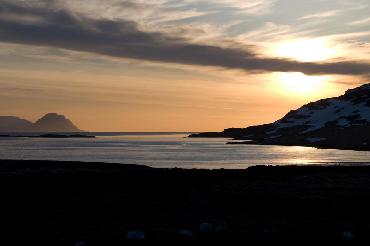Kvöldstemmning í Unaðsdal, Bolafjall hinum megin Djúpsins sést greinilega.