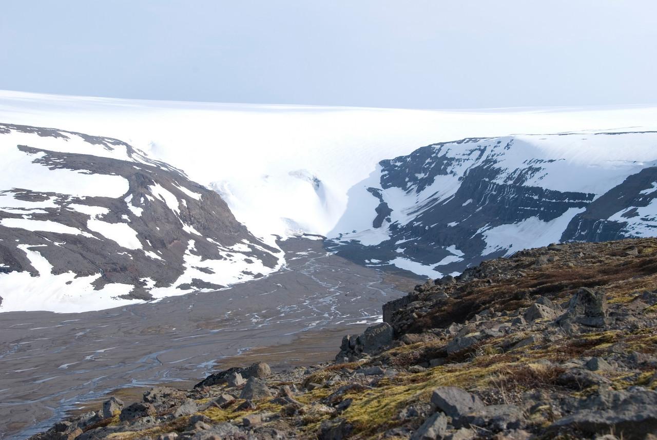10:33 Trymbilsstaðahlíð sigruð, horft til skriðjökuls í Kaldalóni.