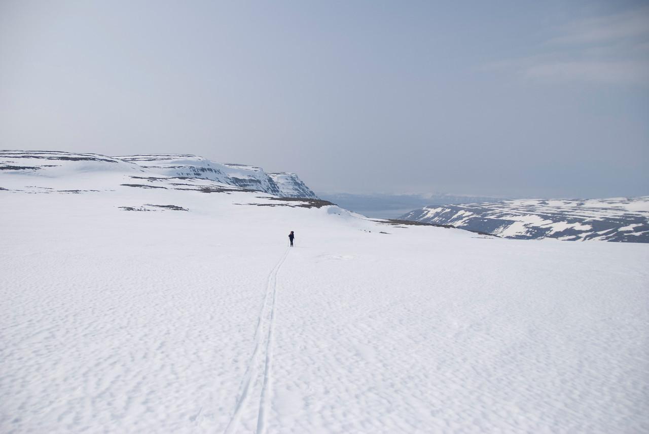 12:44 Horft yfir farinn veg, Gerður ein á eftir mér (hún átti nú eftir að fara fram úr mér!).