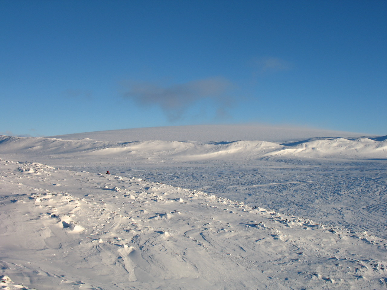 14:26 Litið í átt til jökulhettunnar bak við jökulgarðinn í miðri mynd.