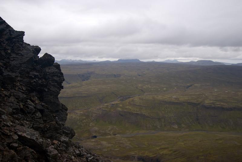 Hér má sjá, ef vel er að gáð, Tröllakirkju í Kolbeinsstaðafjalli, Hrútaborg, Smjörhnjúka og axlir Tröllakirkju við Hítardal, einnig Geirhnjúk.