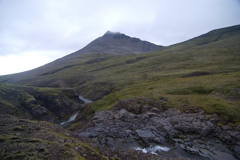 Baula séð frá Sátudal. Leið okkar af fjallinu ber við himin hægra megin tindsins.