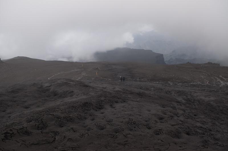 11:31 Á leið niður Bröttufannarfell norðanvert - Morinsheiðin kolsvört í baksýn.
