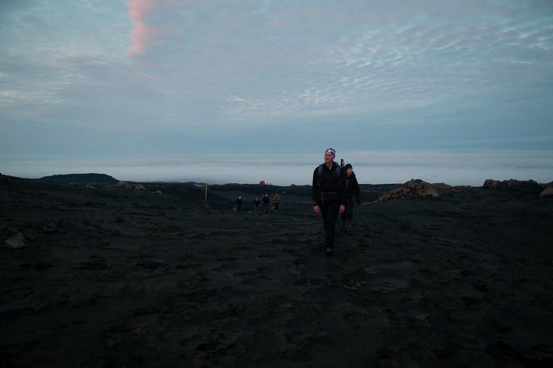 """02:11 Farið að birta, Baldvinsskáli (""""Fúkki"""") í baksýn"""