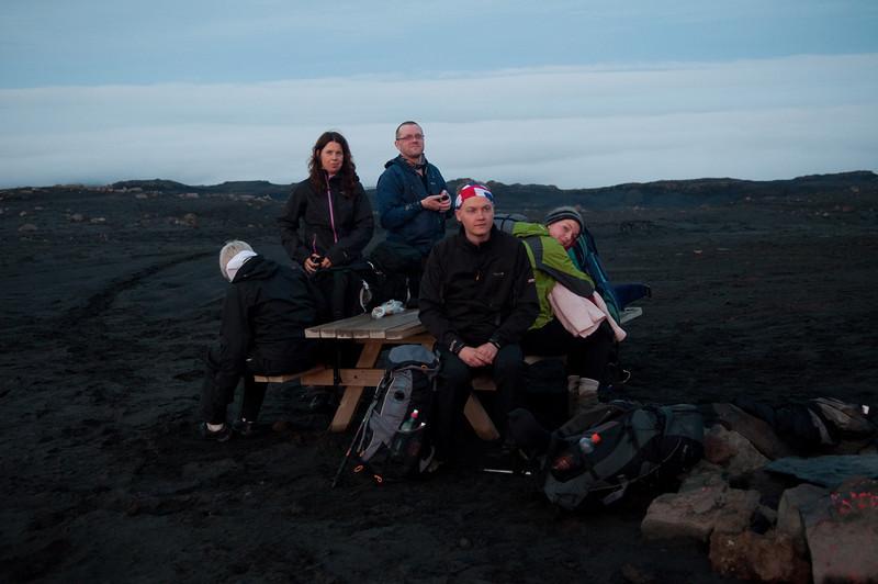 01:49 Þreytulegur hópur við Baldvinsskála