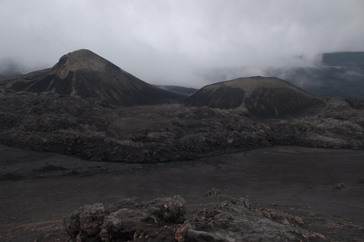 11:09 Horft til eldstöðvanna úr hlíð Bröttufannarfells, framan við þá seinni hafa hraunin runnið saman