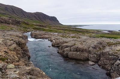 Eyvindarfjarðará, fjær sést Engjanes