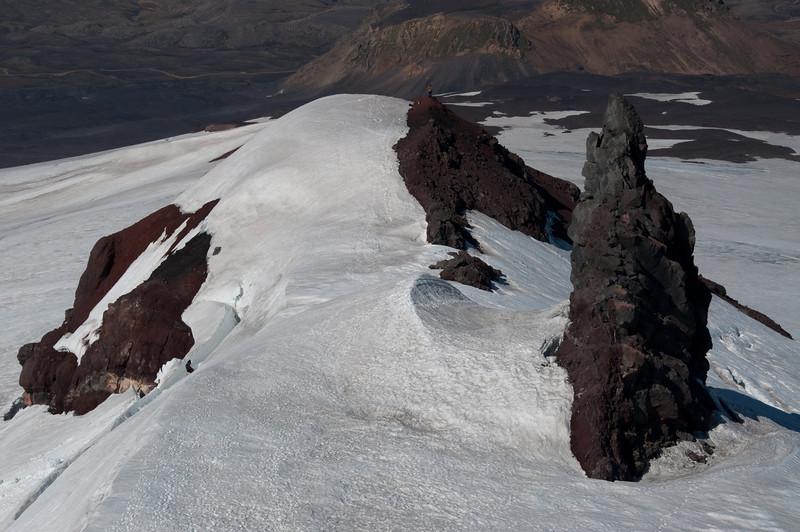 16:39 Horft niður á hinar þúfurnar af skaflinum við Miðþúfu.
