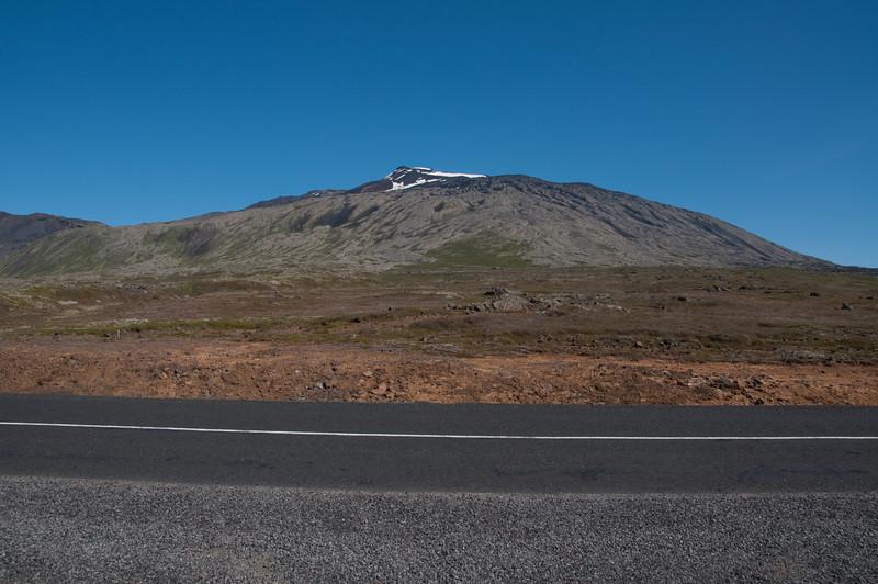 12:42 Héðan skal haldið, fylgt græna rindanum upp hlíðina eins langt og hann nær. Vesturþúfa sést þarna efst.
