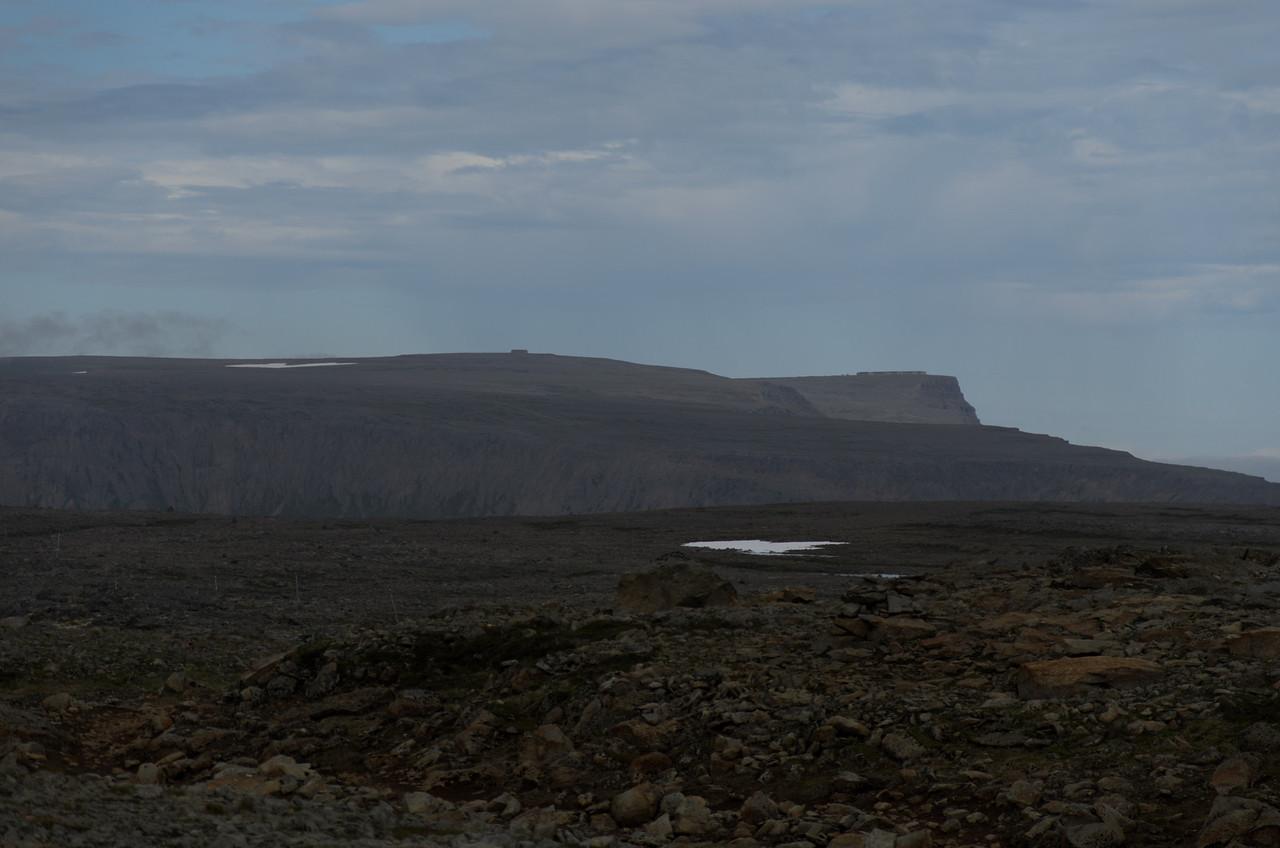 Í fjarska sjást byggingar Bandaríkjahers á Straumnesfjalli