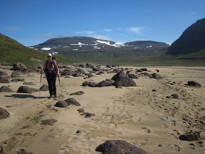 Gerður á sandinum undir Mannafjalli, Búrfell og Litlafell í baksýn