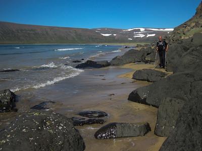 Undir Mannafjalli milli Miðvíkur og Norður-Aðalvíkur