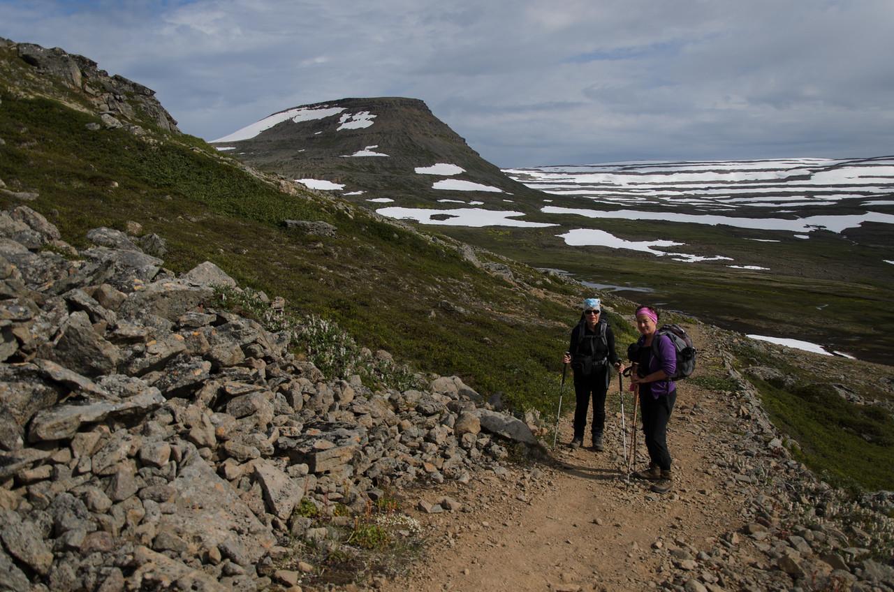 Gerður og Rebekka á bílveginum sem liggur fram Hesteyrardalinn