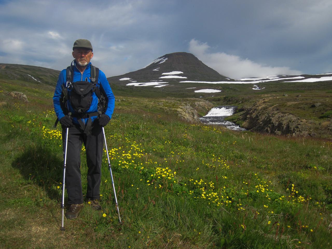 Lögð af stað í 25 kílómetra hring um Miðvík og Látra. Kagrafell í baksýn