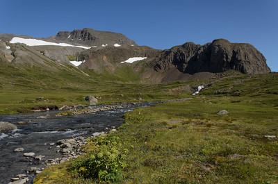 Hærra-Hattarfjall og Gýgjarsporshamar, nær flæðir Skorará til sjávar