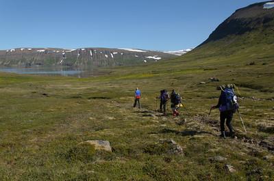 Á leið yfir Kjósarháls, framundan er Hrafnfjörður. Einar fylgdi okkur að bæjarrústunum í Kjós