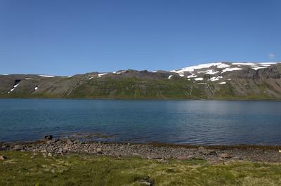 Leið okkar upp á Fannalág var austan (hægra megin) við lækina tvo í hlíðinni handan fjarðar