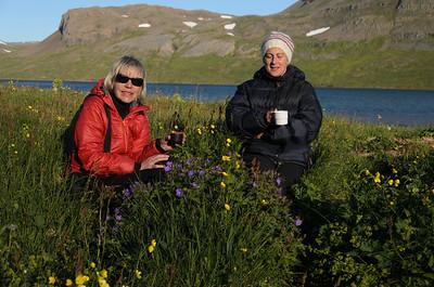 Kvöldkaffi (eða kannski eitthvað sterkara!) á tjaldstæðinu við Álfsstaði norðan Hrafnfjarðar