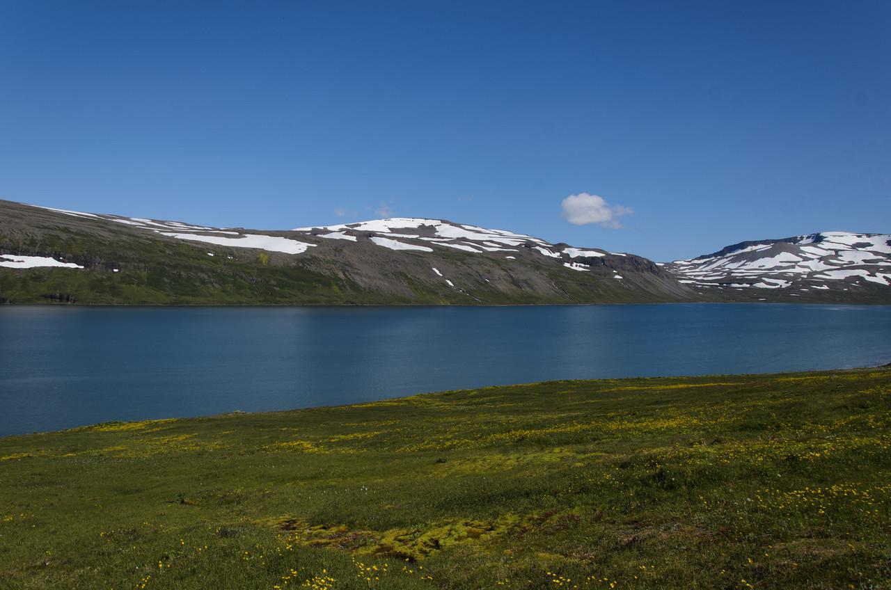 Horft til Mánafells handan Hrafnfjarðar (fyrir miðri mynd), vinstra megin við hábungu þess mun dagleið morgundagsins liggja
