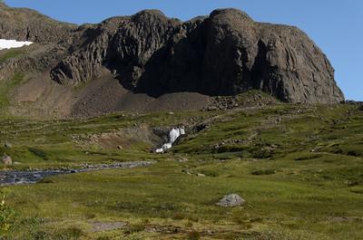 Gýgjarsporshamar gnæfir yfir Skorará í botni Hrafnfjarðar
