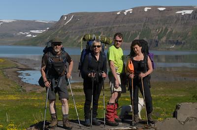 Myndarlegur hópur við bæjarrústir í Kjós - Leifur, Gerður, Eilífur og Rebekka