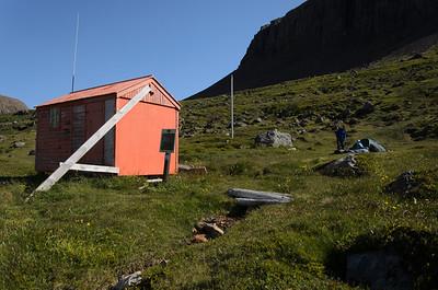 Við neyðarskýlið í botni Hrafnfjarðar er örlítil tjaldflöt