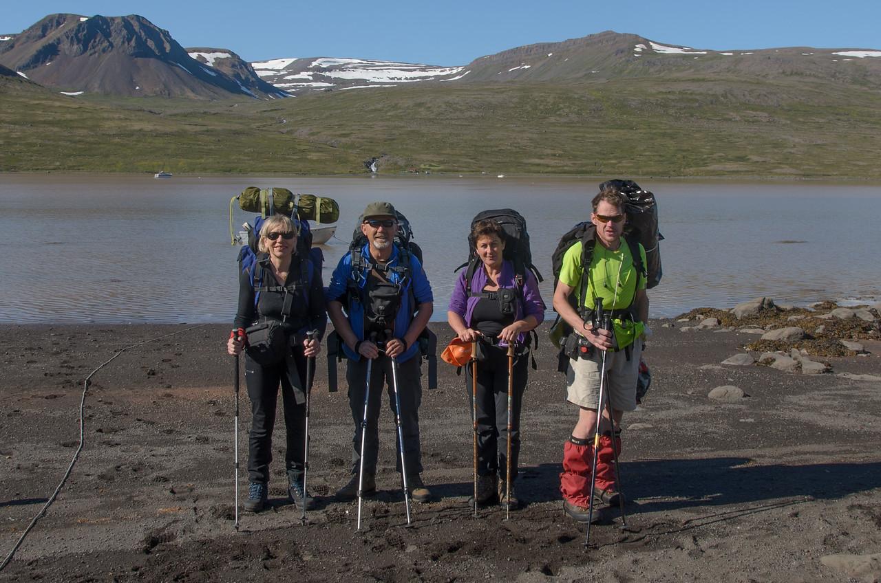 Hópurinn við upphaf göngu - Gerður, Leifur, Rebekka, Eilífur. Í baksýn Leirufjörður og Dynjandisdalur handan hans