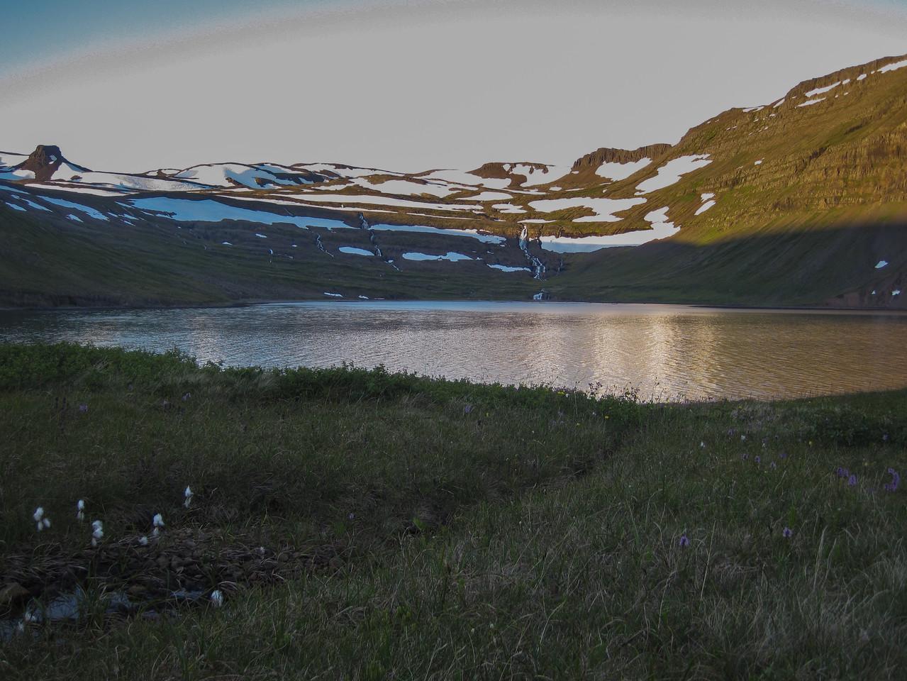 Horfdt til Miðkjósar. Hægra megin við fjallið Snók, sem er vinstra megin í myndinni, liggur Snókaheiði til Hrollaugsvíkur og Smiðjuvíkur