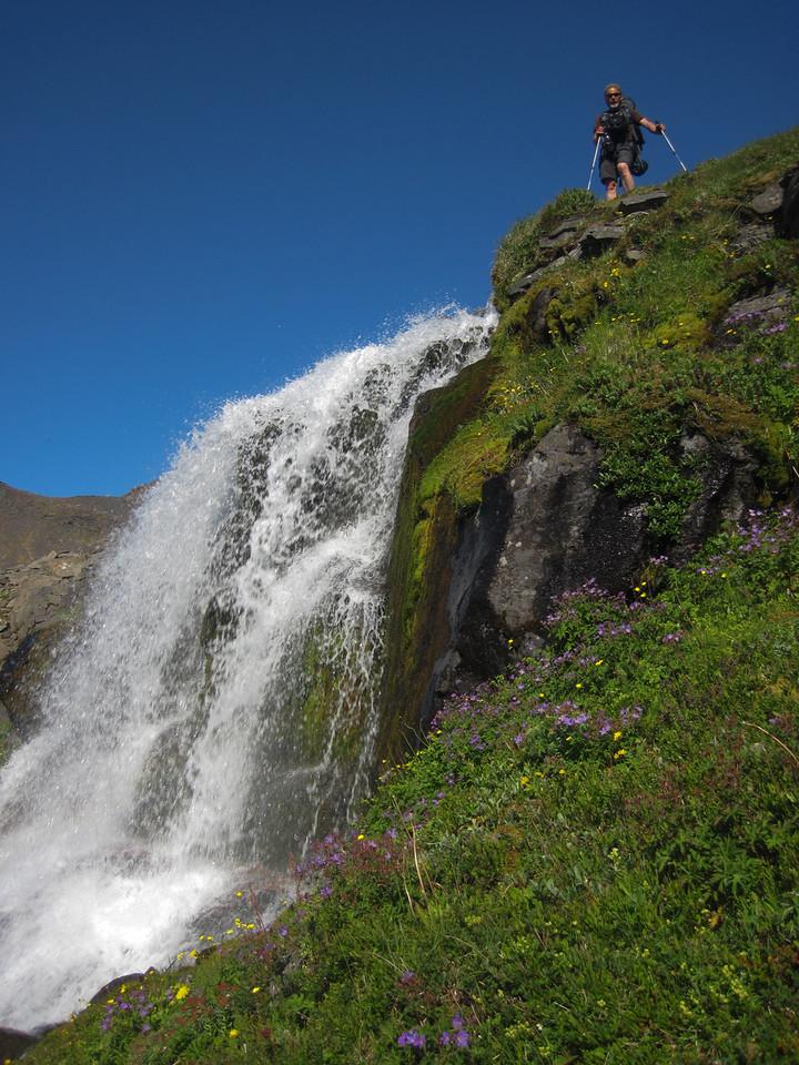 Á fossbrún norðan Hrafnfjarðar