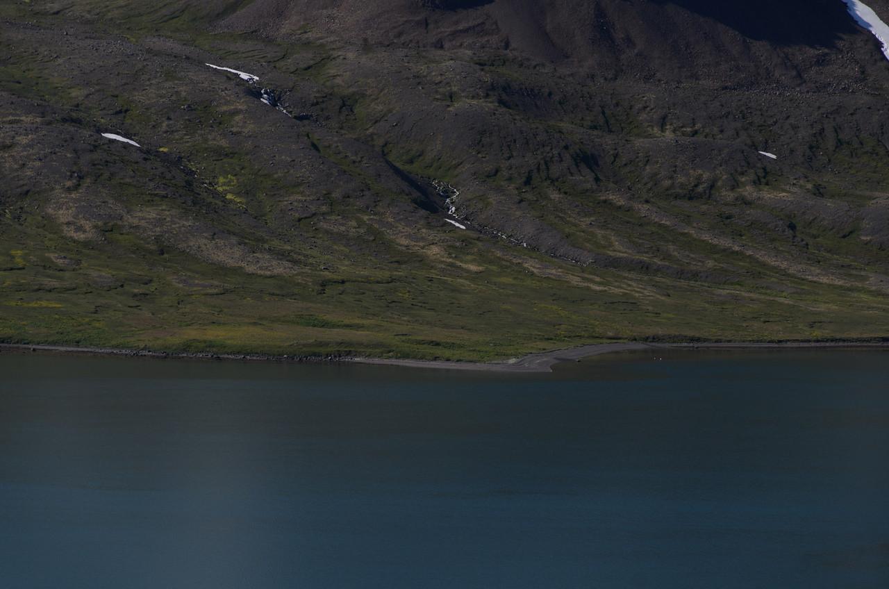 Hrafnfjarðareyri handan fjarðar