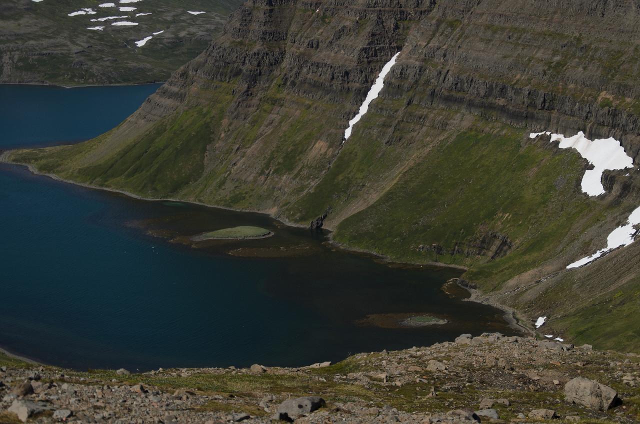 Undir Einbúa er fyrsti forvaðinn í básnum hægra megin. Vestar er svo Skessulón með hólma í miðjunni.