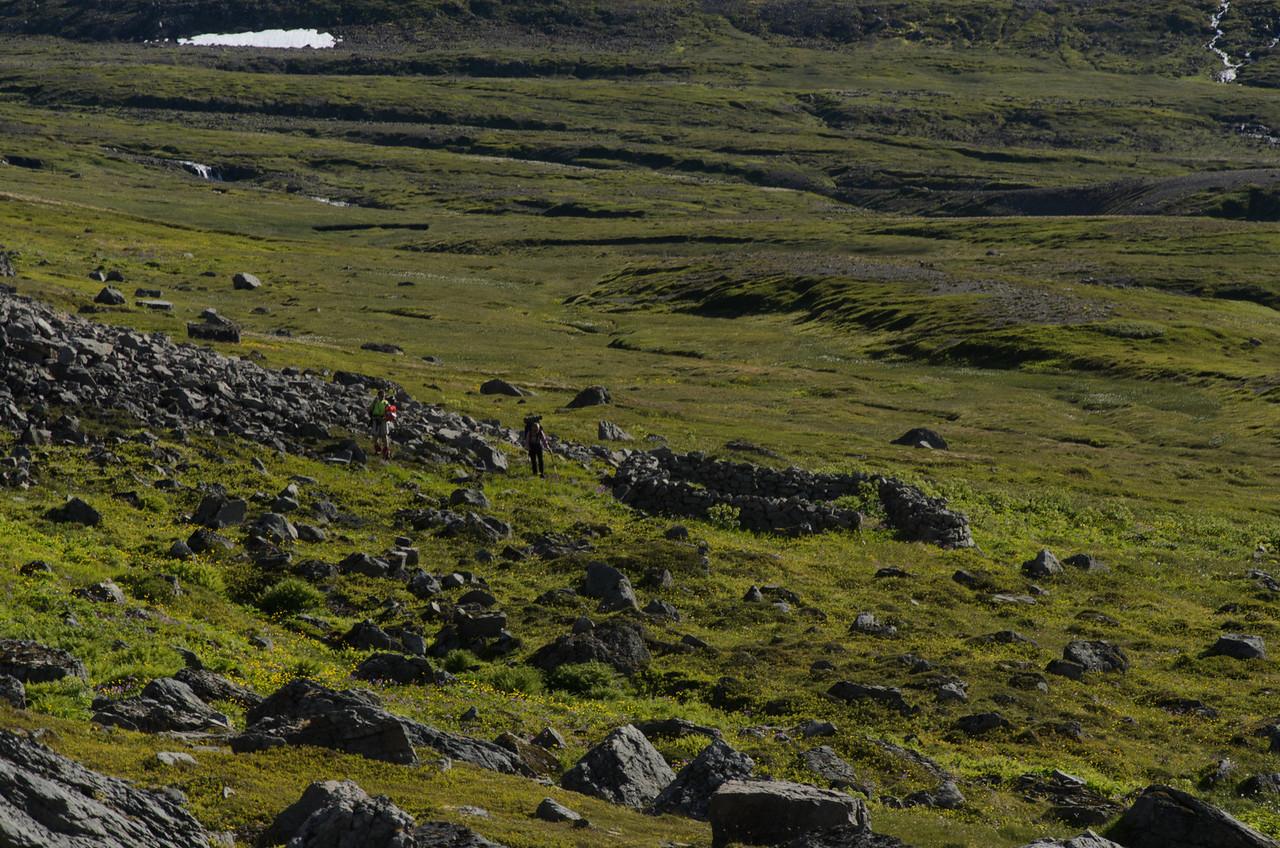 Eilífur og Gerður stúdera vegghleðslu að Álfsstöðum í Hrafnfirði