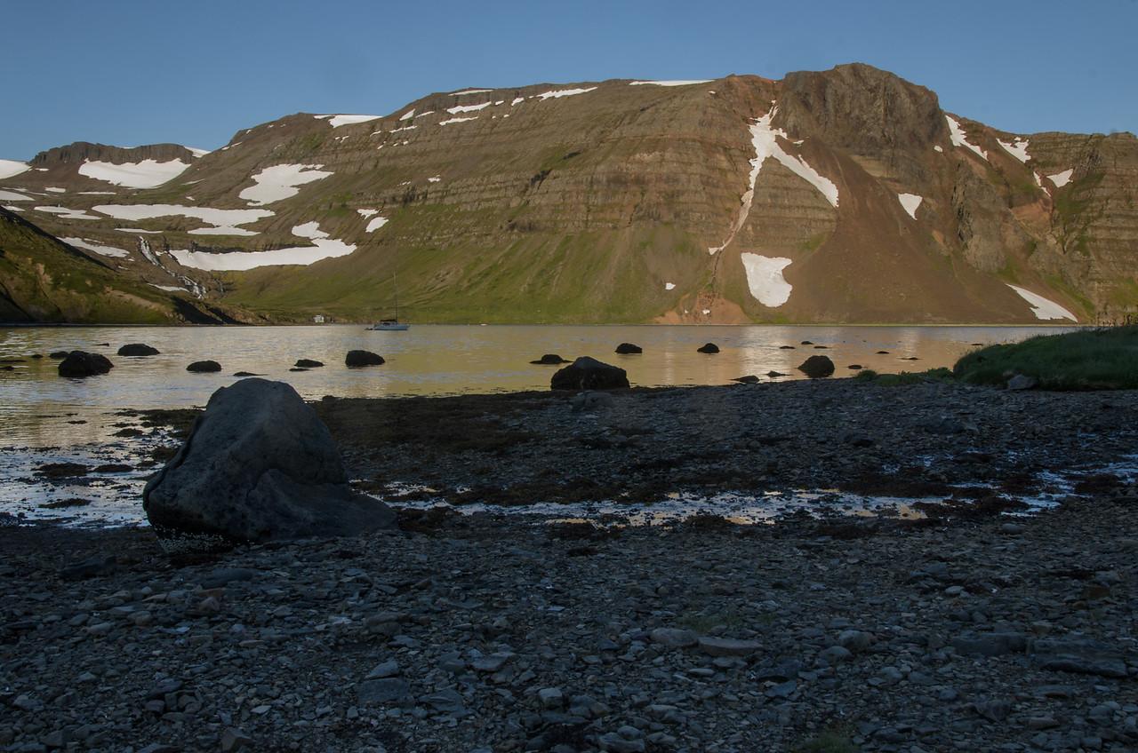 Skúta á legunni, Einbúi baðaður sól.