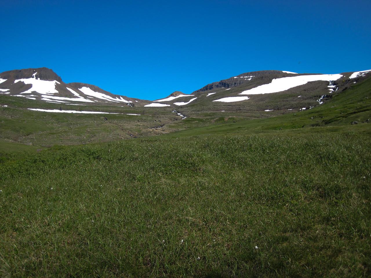 Þarna einhvers staðar undir enda Hyrnukjalar eru Þrengsli, leiðin yfir í Barðsvík