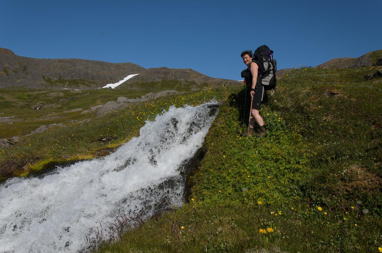 Rebekka við fallegan foss á brekkubrún