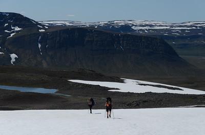 Rebekka og Gerður að klára síðasta skaflinn á uppleiðinni. Takið eftir sveigðum hraunlögunum í Kjósarnúpnum