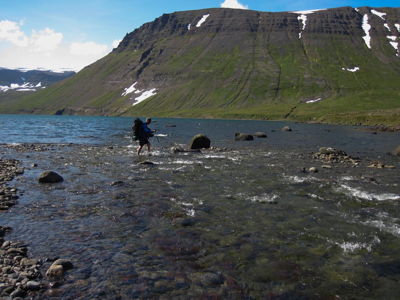 Karlsstaðaáin vaðin. Lónhorn í baksýn