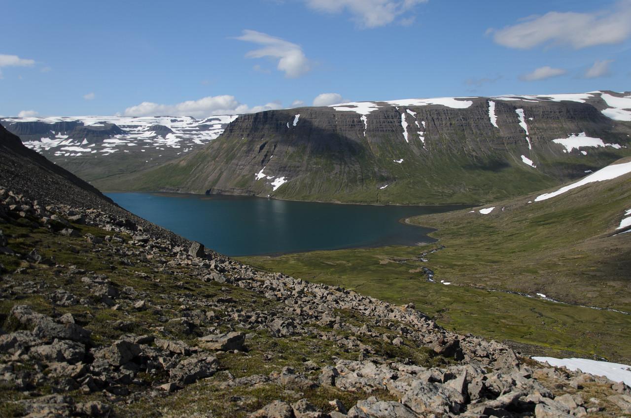 Lónhorn handan Veiðileysufjarðar, Karlstaðadalur nær