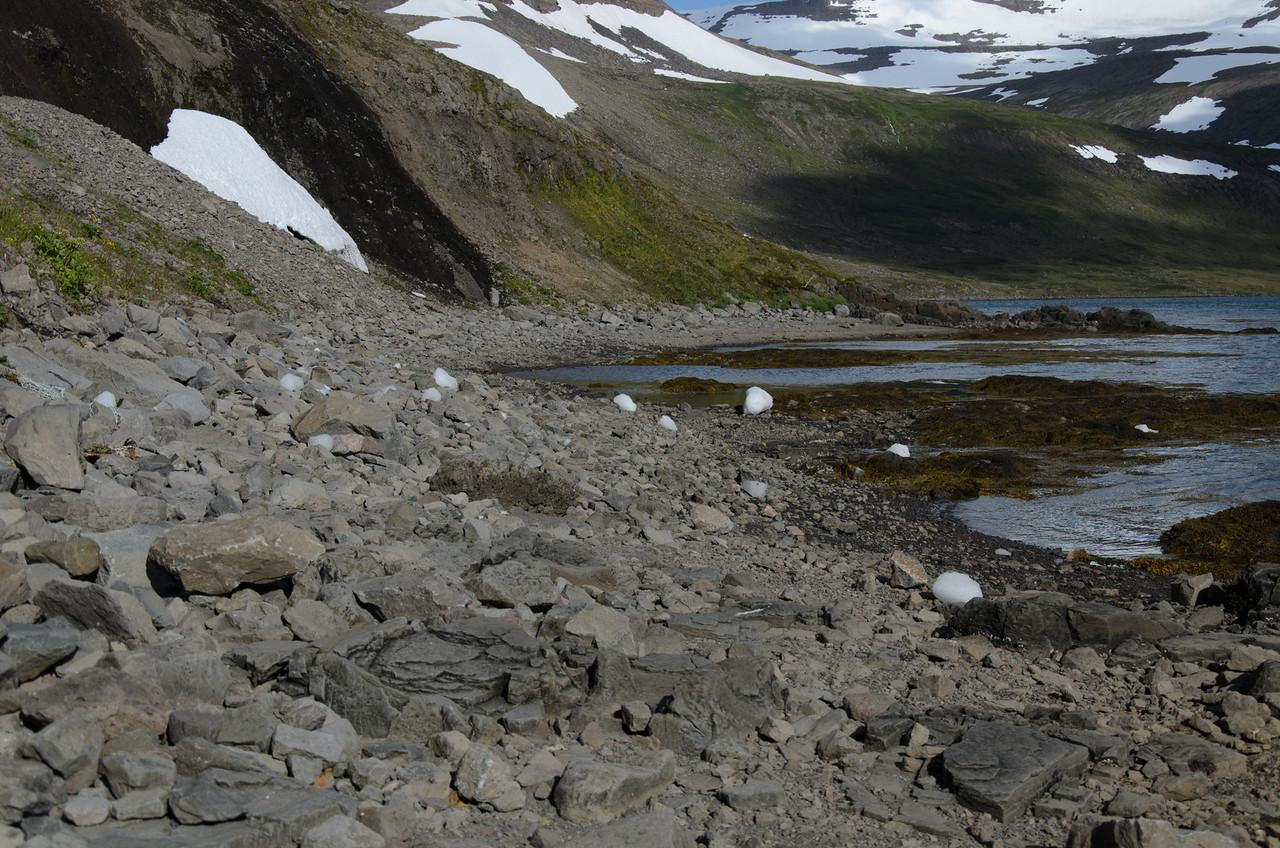 Nýhrunið íshröngl í fjörunni undir Lónanúpi. Okkur var illa við að vera þarna á ferð.