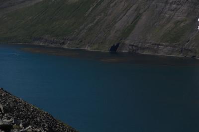Ófæran er ekki við svarta skuggann heldur dökka bergvegginn litlu austar. Maður fer EKKI út á rifið eins og ég hélt fyrst!
