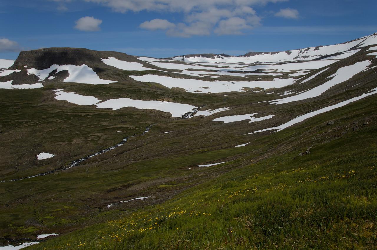 Snæviþakinn Karlstaðadalur