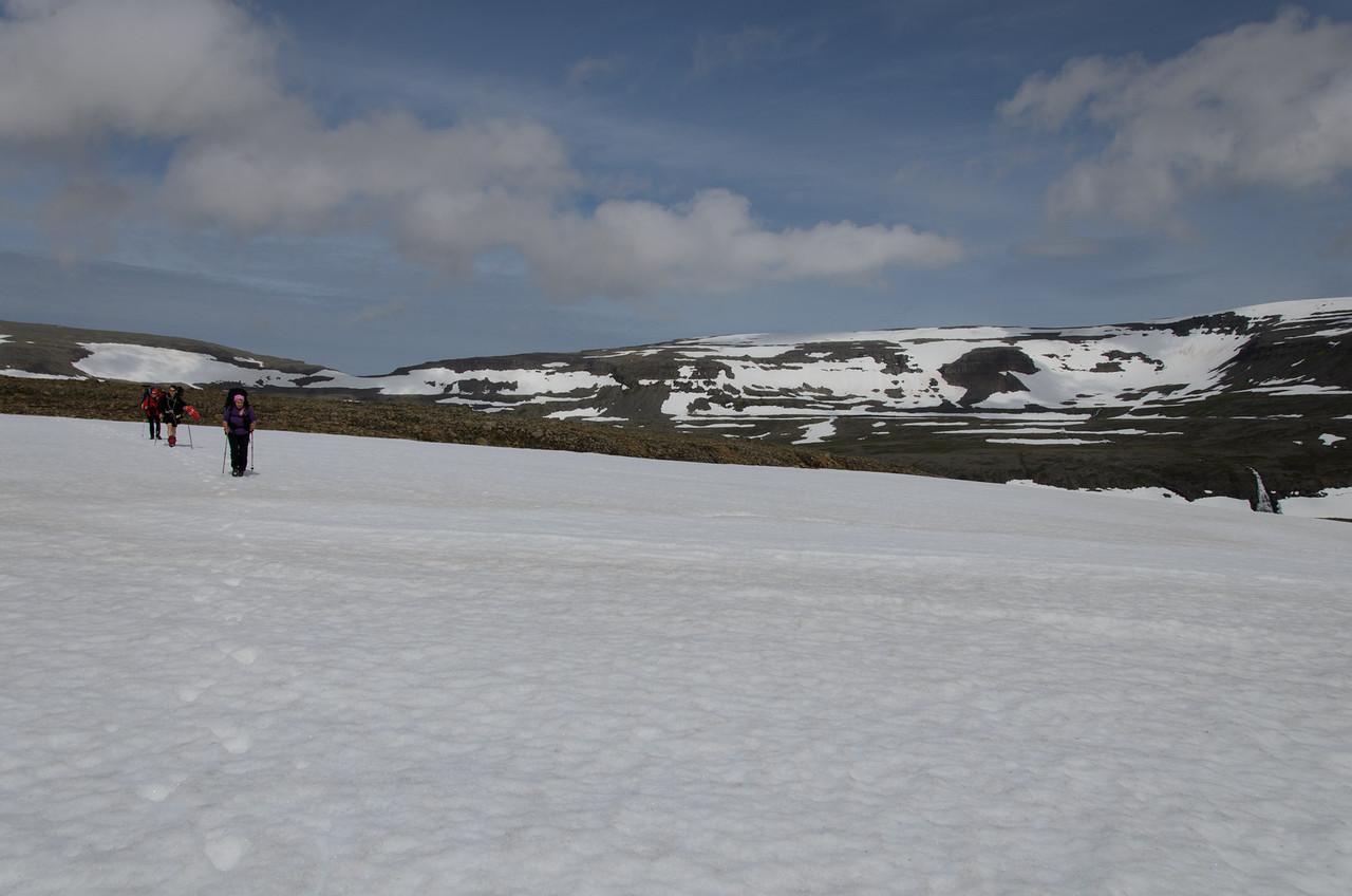 Hér sést leið okkar um Vatnalautafjöll (hægra megin) niður í Kjaransvíkurskarð