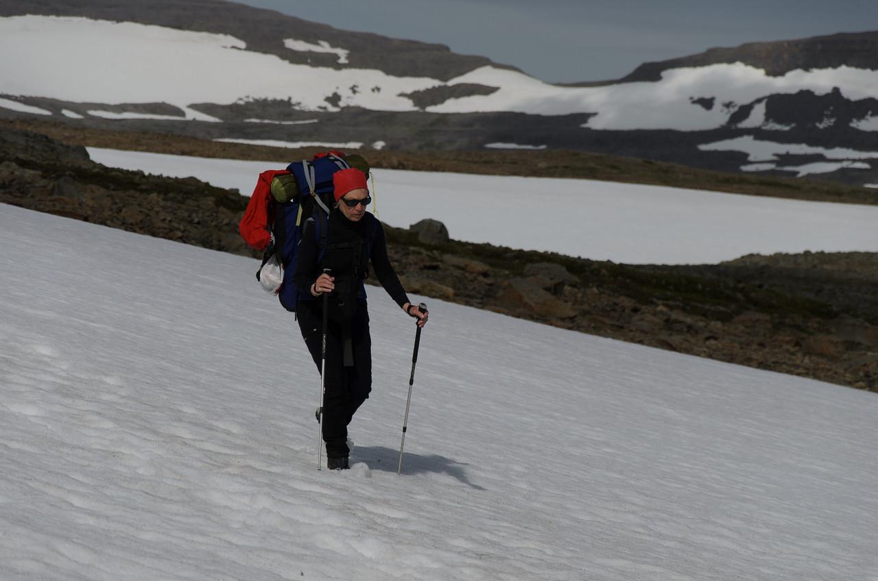 Gerður með Kjaransvíkurskarð í baksýn